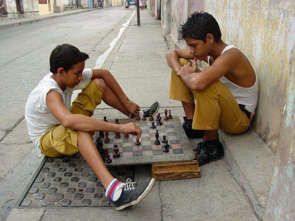chicos jugando al ajedrez