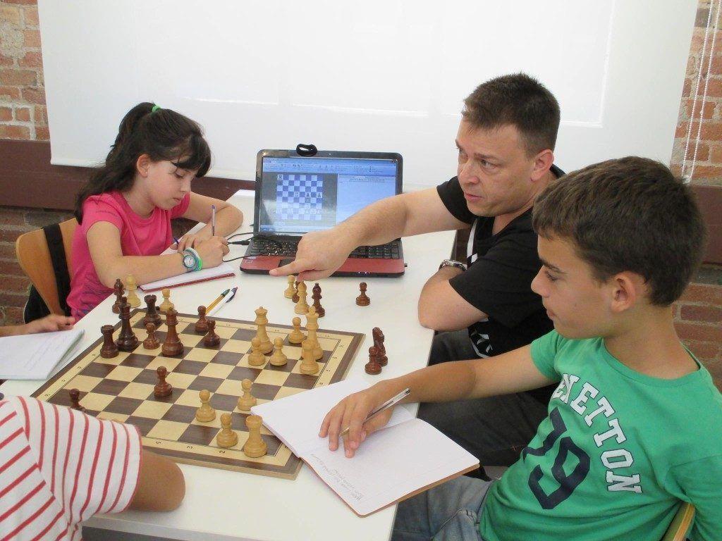 Michael Rahal enseñando a niños